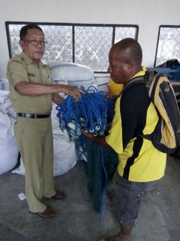 Kadis Perikanan dan Kelautan Kabupaten Ende Ir. Muslim Rauf secara simbolis menyerahkan alat tangkap kepada kelompok nelayan. bnn/dedi