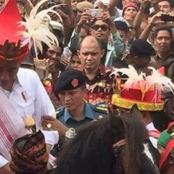 Jokowi Dihadiahi Parang dan Kuda Sandalwood