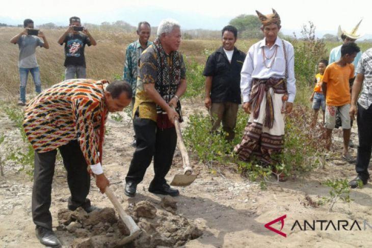Bupati Kupang lakukan peletakan batu pertama Industeri Garam PT.TLL