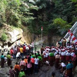 Masyarakat Tonggopapa Kabupaten Ende Kibarkan Bendera Merah Putih Di Air Terjun