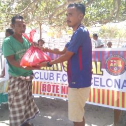 F.C Barca Ronda Bagi Sembako Kepada Masyarakat Nusa Manuk