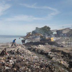Warga kota bersihkan sampah di pesisir pantai Kupang