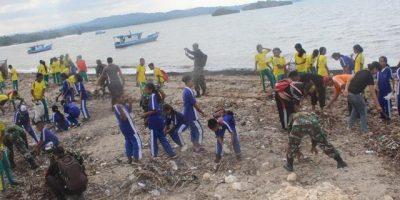Hidupkan Gotong Royong TNI Rangkul Polri dan Masyarakat Bersihkan Pantai Batutua