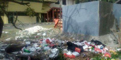 Sampah Berserakan di Sekitar Gedung DPRD NTT, Cermin Buruknya Kinerja Sekwan