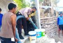 Briptu Alam Karunia, Bhabinkamtibmas Desa Ba'a bantu warga air bersih