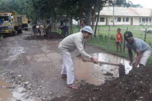 Sisihkan Uang Derma, Romo Jhon Pimpin Warga Perbaiki Jalan di TTU