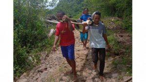 Jalan Rusak Parah, Warga Kampung Wangkal-Manggarai Gotong Ibu Hamil Gunakan Bambu