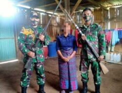 Di TTU, Seorang Ibu Serahkan Kepada TNI 2 Senjata Api Buatan Portugis