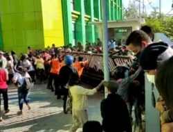 Warga Robohkan Pagar Saat Antri Vaksin Covid-19 di Kupang, Videonya Viral
