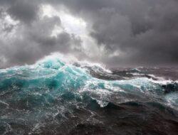 Terjun ke Laut Setelah Perahu Tenggelam Dihantam Gelombang, Dua Nelayan Kupang Berenang ke Daratan